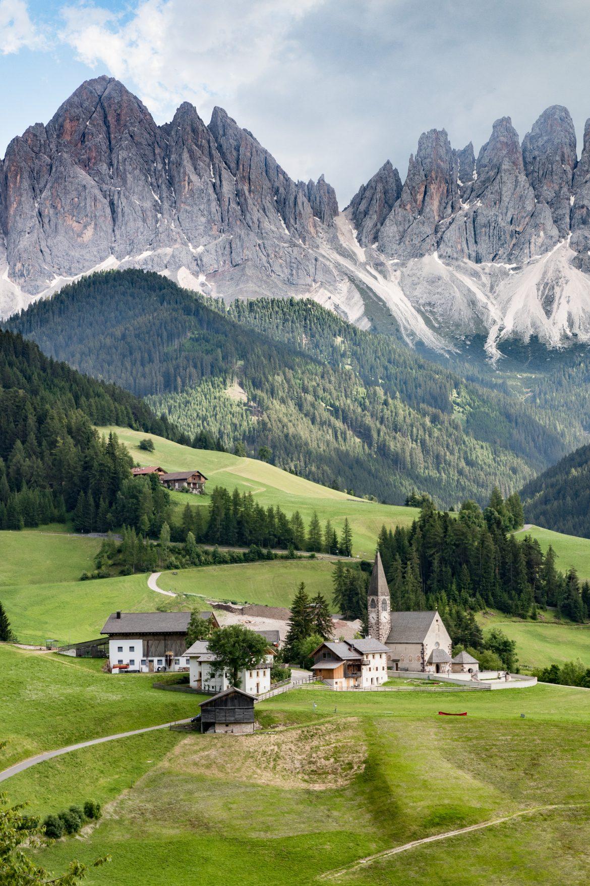 Découvrir les Dolomites en Italie : eglise St Johann - Dolomites
